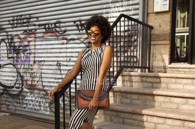 Молода Жіноча мода блогери з афро волосся на міських сходах, Нью-Йорк, США — стокове фото