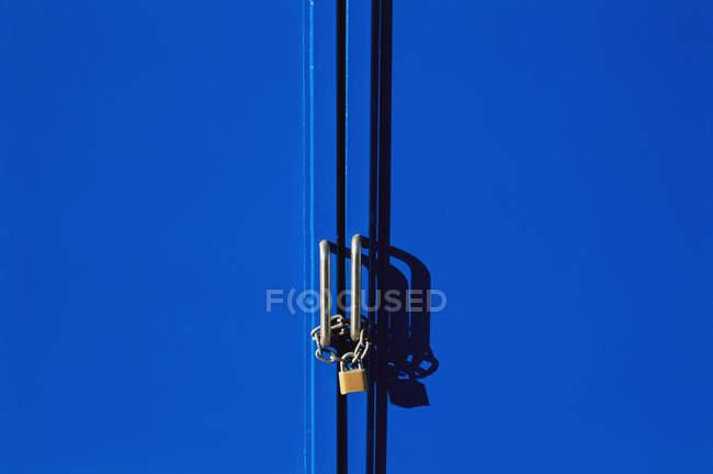Синій заблокованих дверей — стокове фото
