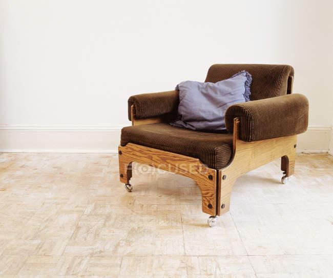 Ретро кресло с подушкой в пустой комнате — стоковое фото