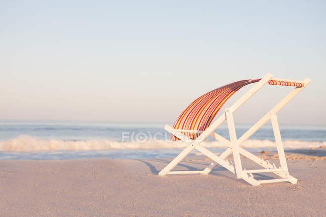 Sedia A Sdraio Tessuto : Sedia a sdraio sulla spiaggia con tessuto a strisce di sbattimento