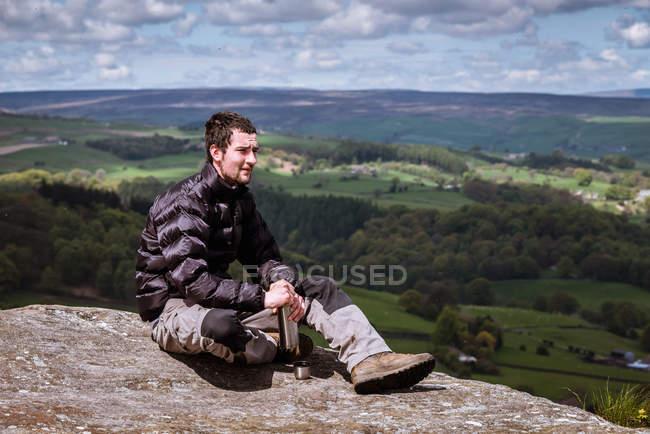 Flacon d'ouverture pour jeunes randonneurs au sommet de Guise Cliff, Pateley Bridge, Nidderdale, Yorkshire Dales — Photo de stock