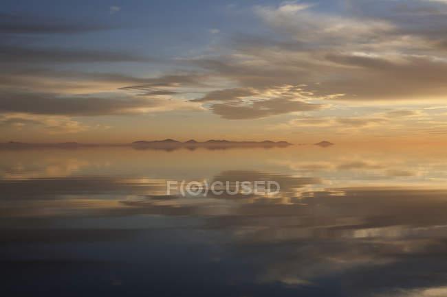 Хмари, що відображають у воді — стокове фото