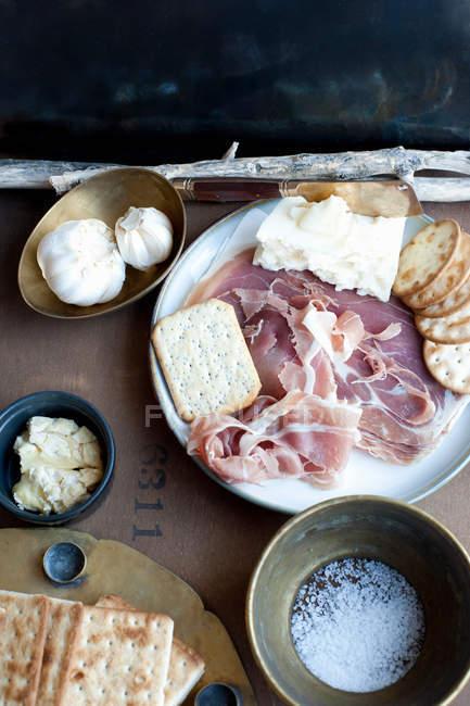 Vorspeisen-Teller mit Fleisch und Cracker — Stockfoto