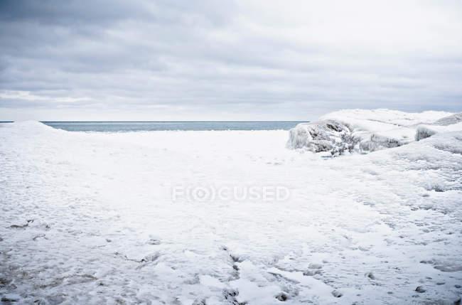 Looking at horizon over frozen lake — Stock Photo