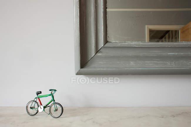 Vélo miniature par coin miroir — Photo de stock