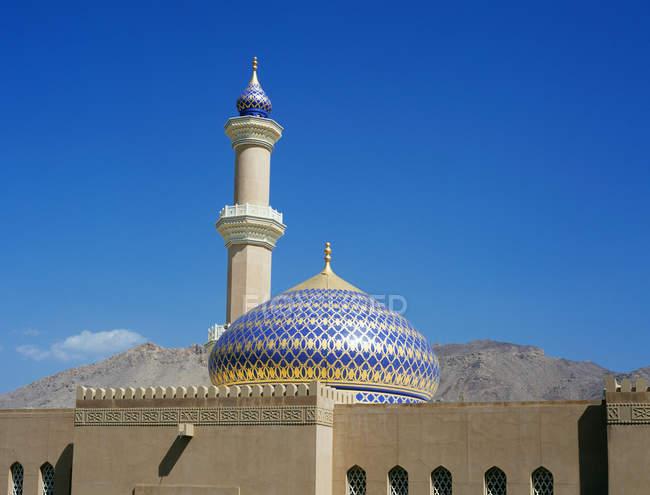 Частковим видом Nizwa мечеть з безхмарне небо на тлі — стокове фото