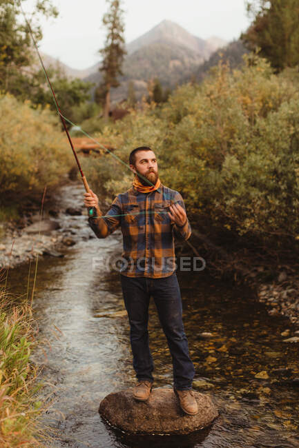 Uomo che pesca in insenatura, Re minerale, Sequoia National Park, California, USA — Foto stock