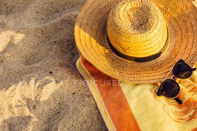 Chapéu, toalha e óculos de sol — Fotografia de Stock