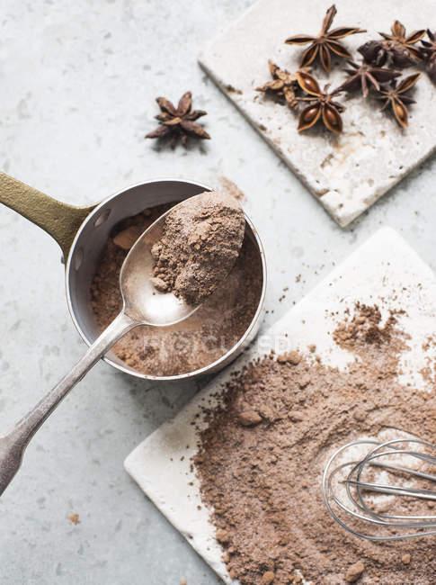 Смешанные какао-порошок и сахар с аниса звезды — стоковое фото