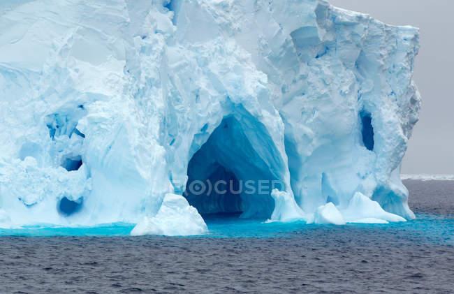 Iceberg, banquise, dans l'océan Austral, 180 miles au nord de l'Antarctique oriental, Antarctique — Photo de stock