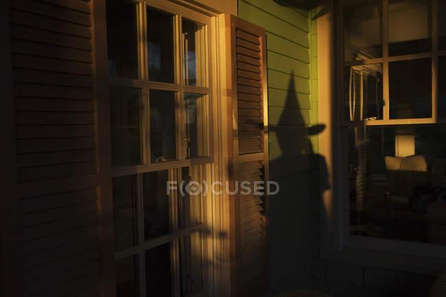 Schatten der Hexe auf Haus, zu halloween, norfolk, virginia, USA — Stockfoto
