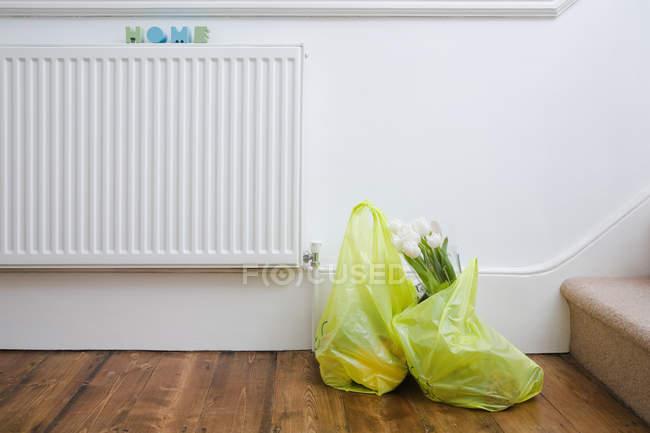 Einkaufstaschen im Haus — Stockfoto
