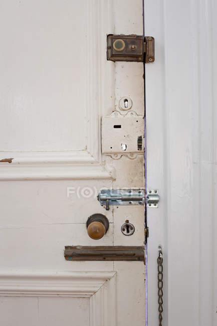 Двері із замками багато — стокове фото