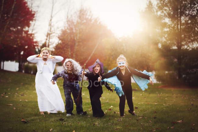 Groupe d'amis dans les costumes d'halloween — Photo de stock