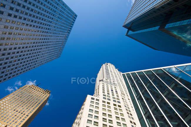Rascacielos bajo cielo azul claro - foto de stock
