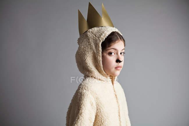 Jeune fille déguisé en mouton, portant la Couronne d'or — Photo de stock