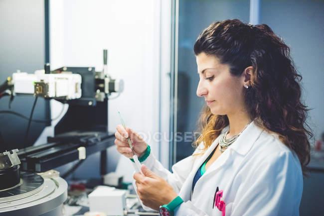 Wissenschaftlerin bereitet Dünnschichtprobe für Messung mit Röntgendiffraktometer vor — Stockfoto