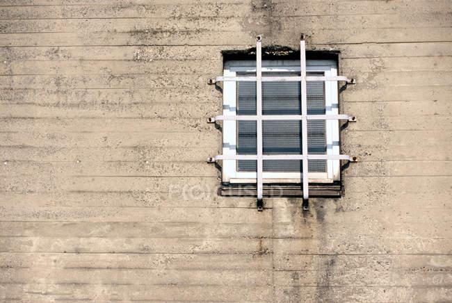 Grata sopra la finestra — Foto stock