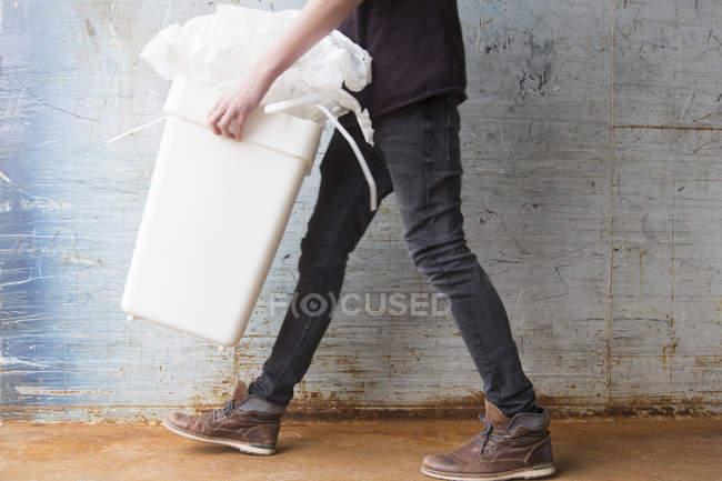 Adolescent garçon transporter poubelle avec recyclable papier déchets — Photo de stock