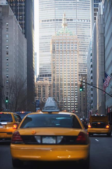 Carros de táxi com arranha-céus — Fotografia de Stock