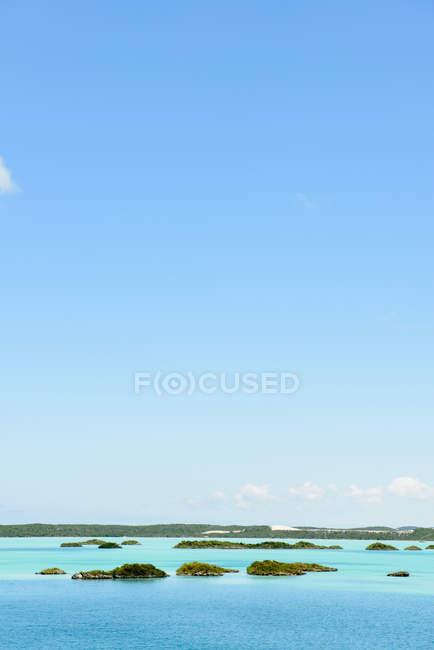 Idílica escena tranquila con cielo azul y Costa de mar en la costa del Caribe - foto de stock