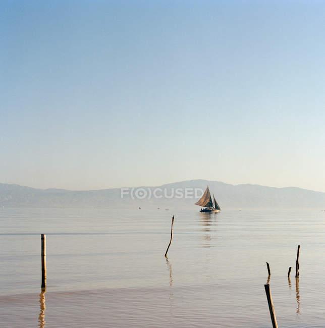 Дерев'яні вітрильник на річці — стокове фото