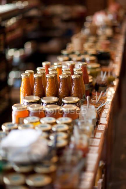 Frascos de conservas y salsa - foto de stock