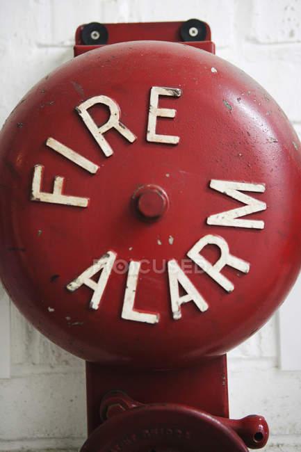 Крупним планом пожежної сигналізації на цегляна стіна — стокове фото