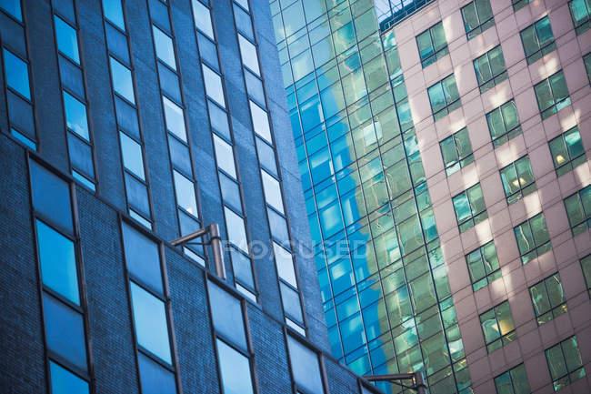 Vista angular de fachadas de edificios rascacielos - foto de stock