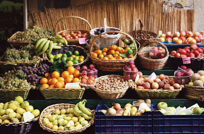 Closeup shot of fruits on market stall — Stock Photo