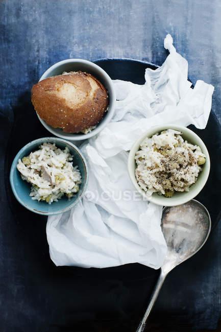 Дві порції закуска різотто з скибочку хліба — стокове фото