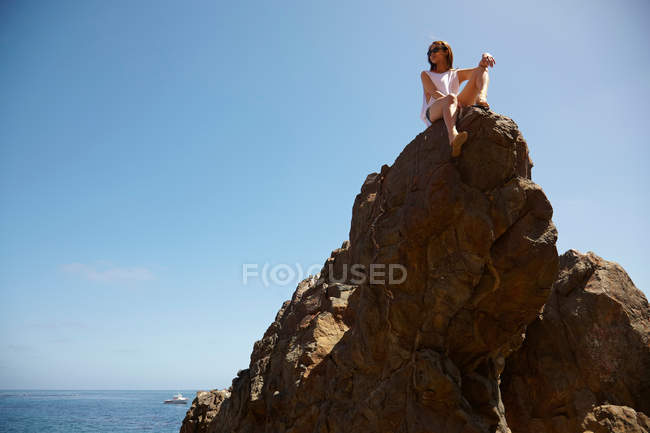 Молодая женщина на вершине скал, Палос-Вердес, Калифорния, США — стоковое фото