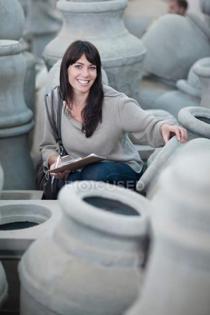 Работа с продажами на керамической фабрике — стоковое фото