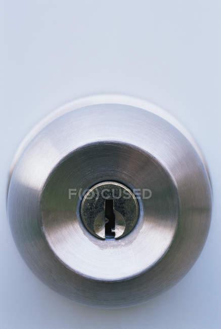 Gros plan de l'écluse dans un bouton de porte — Photo de stock
