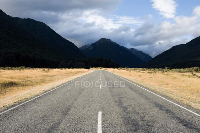 Empty road towards Arthur Pass, Canterbury Plains — Stock Photo