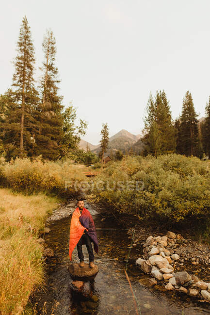 Mann in Schlafsack gewickelt, Angeln im Bach, Mineral King, Sequoia National Park, Kalifornien, USA — Stockfoto