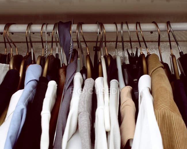 Одяг висить в шафі — стокове фото