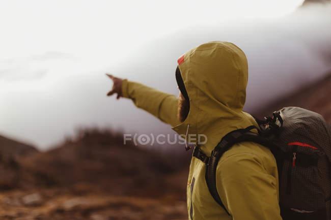 Escursionista di sesso maschile che indica sopra le nuvole, Mineral King, Sequoia National Park, California, USA — Foto stock