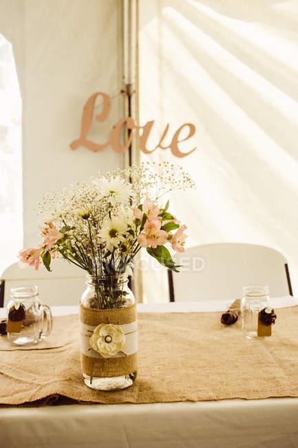 Sirvió la mesa con ramo de flores - foto de stock