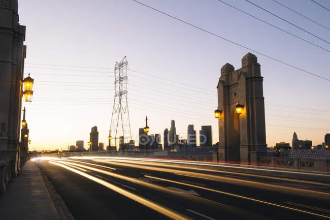Легкие трассы движения, пересечение 4-й улицы моста на вечер, Лос-Анджелес, Калифорния, США — стоковое фото