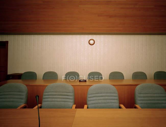 Cadeiras vazias na sala de conferências, vista frontal — Fotografia de Stock