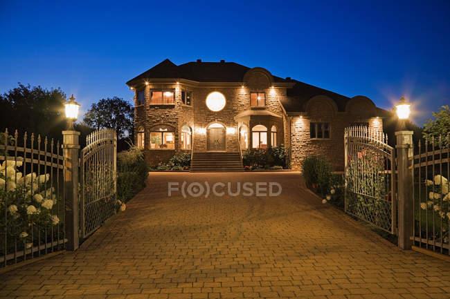 Vorderansicht des großes modernes Haus mit Einfahrt — Stockfoto
