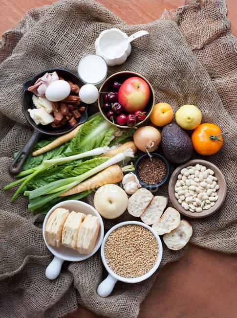 Alimentos frescos no saco hessiano — Fotografia de Stock