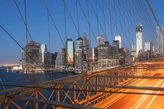Observando a vista da ponte e do horizonte de Nova York — Fotografia de Stock