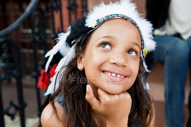 Портрет девушки в головном уборе, улыбающейся — стоковое фото