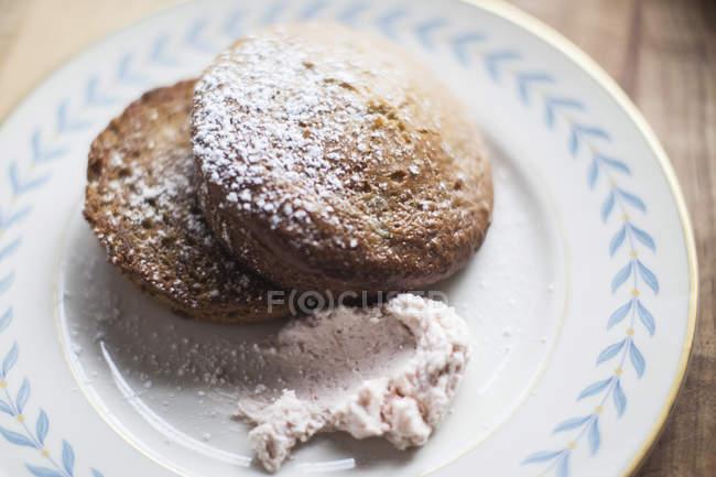 Plaque de pâte avec le glaçage sur le côté — Photo de stock