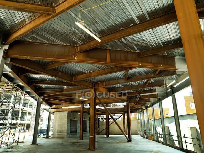 Edificio en construcción, vista interior - foto de stock