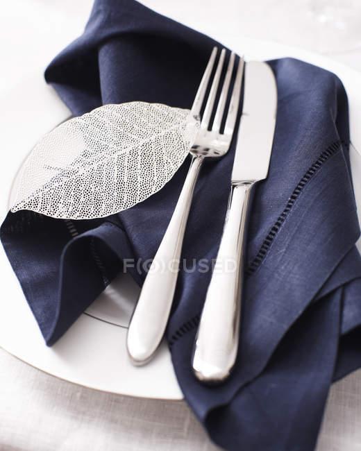 Vista de alto ângulo da faca garfo e guardanapo na configuração do lugar — Fotografia de Stock