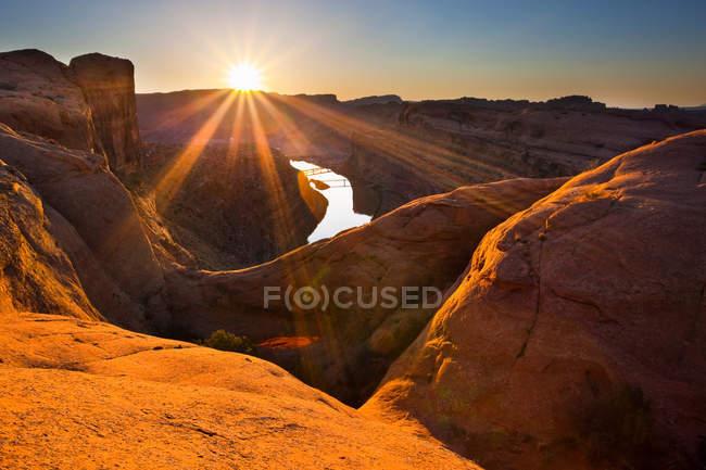 Sonne geht über Felsformationen auf — Stockfoto