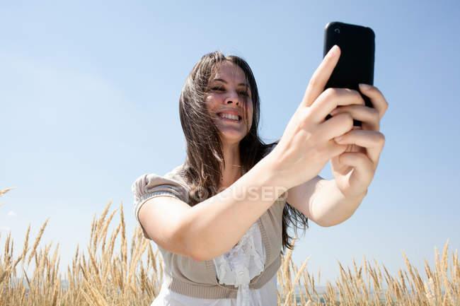Frau, die das Fotografieren mit Handy — Stockfoto